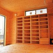壁面に造り付けの本棚を設けました。
