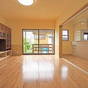 リビングとキッチンの間には3枚の引き込み戸があります。