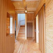 玄関ホールの床板は自社製の杉の床板です。天井のライトは浮き球ライトです。