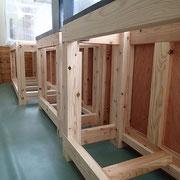 水槽の重量に耐えられるようにボルトで組み込んでおり、柱は90角を使用しています。