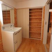 洗面脱衣室は約3帖あり、収納スペースもあります。