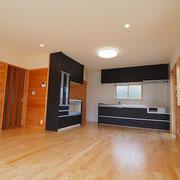 広々としたLDKは床板に樺桜を使い、壁には自社製の杉板を貼っています。