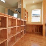 カウンターの下にも本棚があります。