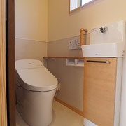 トイレの壁にはサニタリー用のパネルを付け、上部は自然素材のチャフウォールを塗っています。