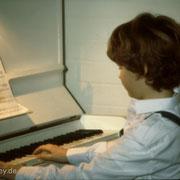 ...später dann war ich der Mundharmonika entwachsen und durfte an die Tasten.