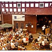 Solokonzert im wunderschönen Hof der Brücker Mühle am Fuße der Amöneburg