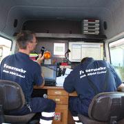 Im Zug ELW werden die Stoff identifiziert und Informationen werden direkt per Funk an die Einsatzstelle gegeben