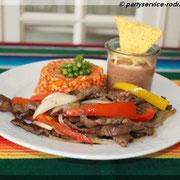 Fajitas mit Rinderfleisch, rotem Reis und Bohnen