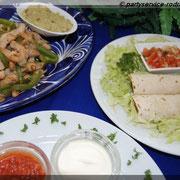 Fajitas mit Hähnchenfleisch (links), Burritos mit Rinderfleisch (rechts) und Salsas