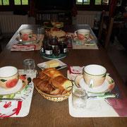 croissant-pain brioché- pain grillé- baguette-confitures maison