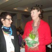 Irmgard Fleig bedankt sich bei Kassenprüferin Renate Boljen