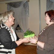 Monika gratuliert der neuen Beisitzerin Brigitte Herder