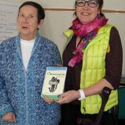 """Irmgard Fleig bedankt sich bei der Tagungsleiterin mit dem Kochbuch """"Obendvisiten""""des KLFV Dithmarschen"""