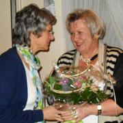 Marlis Bandholz gratuliert Monika Wuelbern