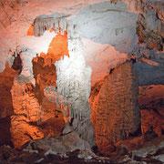 Beleuchtete Tropfsteine in der Höhle Kong Lor