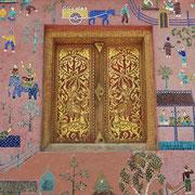Die Wände der Tempelgebäude sind mit Mosaiken und Zeichnungen übersäht, welche die Geschichte Buddhas und der Stadt Luang Prabang erzählen.