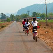 Laotische Schulkinder auf dem Heimweg