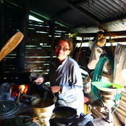 Martha en train de cuisiner avec le four à bois de la Finca El MilAgro