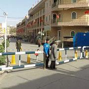 Barrikaden wie diese sieht man in der ganzen Stadt