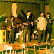 The Royal Teens 1961. vlnr: Huib Liauw, Carl Habibuw, Frans Sulilatu, Jan Patty, onbekend ?