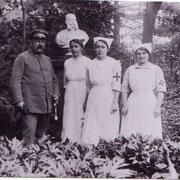 Sanitätsrat Dr. Josef Rieder mit Rot-Kreuzschwestern (Armanda Tirolf, Anna Henkel und Marie Wörner) vor Denkmal des Prinzregenten