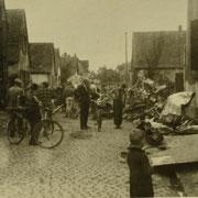 Flugzeugabsturz in Duttweiler Straße Okt. 1944, in Bildmitte Stadler Jakob