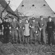 Heimaturlaub: Eugen Rodach,... Elisabeth Appel, Harry Stadler, Otto Weber, Willi Hoffmann; Aufnahme im Garten Spanier