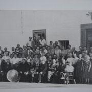 Geinsheimer Bürger mit Pfarrkapelle bei Ausflug