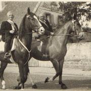 Abholung des Bischofs zur Firmung in Geinsheim (Anwesen Oskar Nett): Jakob Weber und Rudolf Henrich