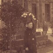 Günter Stadler vor Kriegerdenkmal im Spätjahr 1936
