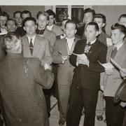 Dirigent Weinspach mit Chorsängern