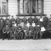 Verwundete Soldaten vor dem Schulhaus