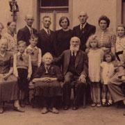 """Familie Serr, frühere Besitzer Deutsches Haus in der Böhlgasse mit """"Tante"""" Sprißler"""
