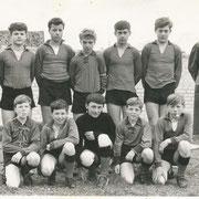 """Jugend-Mannschaft 1967/68 (15-16 Jahre alt) mit ihrem """"von allen sehr geliebten"""" Trainer Michael Gauweiler"""