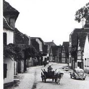 Hauptstraße, ca. 1950 von Osten zum Unterdorf, Kuhfuhrwerk