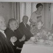 Altennachmittag mit Christoph Wächtler, Josefine Becker, Andreas Leibig und Bürgermeister Karl Schneider, Marliese Jooss serviert Kaffee