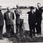 Besichtigung der Wiesen der Dompfarrei: v.l. Karl Manger, Karl Schneider und Mitglieder der Dompfarrei