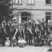 Franz Gruber im weißen Hemd sitzend