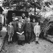 Hans und Elisabeth beb. Haußner mit Günther Stadler und einquatierten Soldaten ca. 1939
