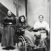 Anna Zimmer, eine Tochter von General Michael Geither, im Rollstuhl mit Dienstpersonal
