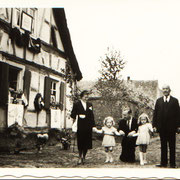 Familie Schlegel Annelise und Phillip mit Töchtern Ingrid und Christa und Großvater Josef vor Anwesen Otto Müller, dem Geburtshaus des Dichters Nebel Schlegel
