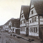 """Pflasterung der Hauptstraße 1894 bis 96; Neubau """"Schwanen"""" 1903; alter Schwanen 1797"""