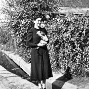 Frau Hoffmann vor Dorfbach in Nähe des Weihers