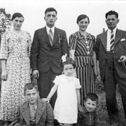 v.l. Ehepaar Rohr (Michael und Katharina), Frau Anna Maria Hornbach (Stiefschwester von Michael Rohr) und Jakob Weißbrod; Kinder Jakob Weißbrod, Adelheid Rohr und Alois Rohr