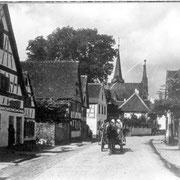 Hauptstraße von Osten, links mit Judenhaus