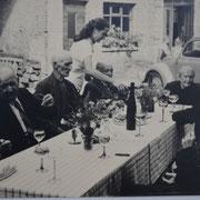 Altennachmittag mit Pfarrer Rieder und Bürgermeister Karl Ramsel, Hildegunde Sprißler schenkt ein