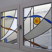 création sur mesure vitrail contemporain pour fenêtre de cuisine
