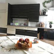 Blick auf die Küchenzeile vom Esstisch aus