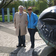 "Dr. Hassinger und Evelin Hensel am ""Amberger Brunnen"""