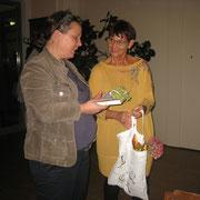 Dank an Frau Wildführ, links, von Evelin Hensel, 1. Vorsitzende KV Amberg, rechts